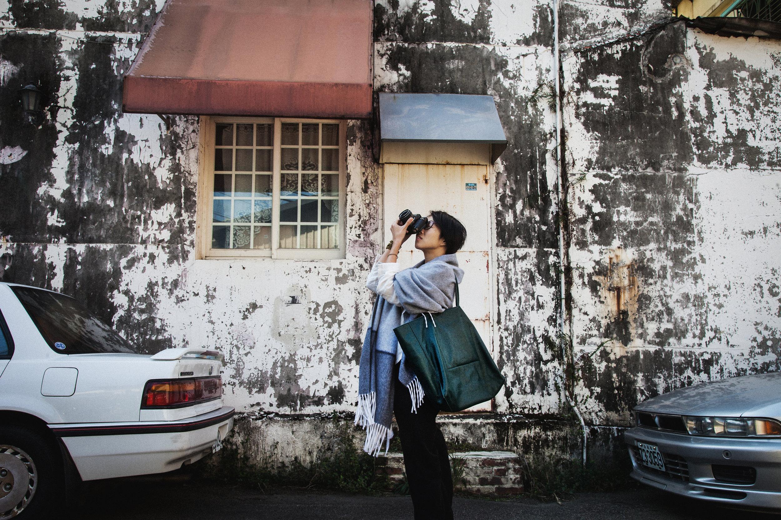 生於香港 。畢業於香港專業教育學院攝影系。 攝影理念以「人」為本,致力透過影像傳遞人內在最真誠的情感,連結人與社會之間平等自由與博愛精神,用生命按下快門。