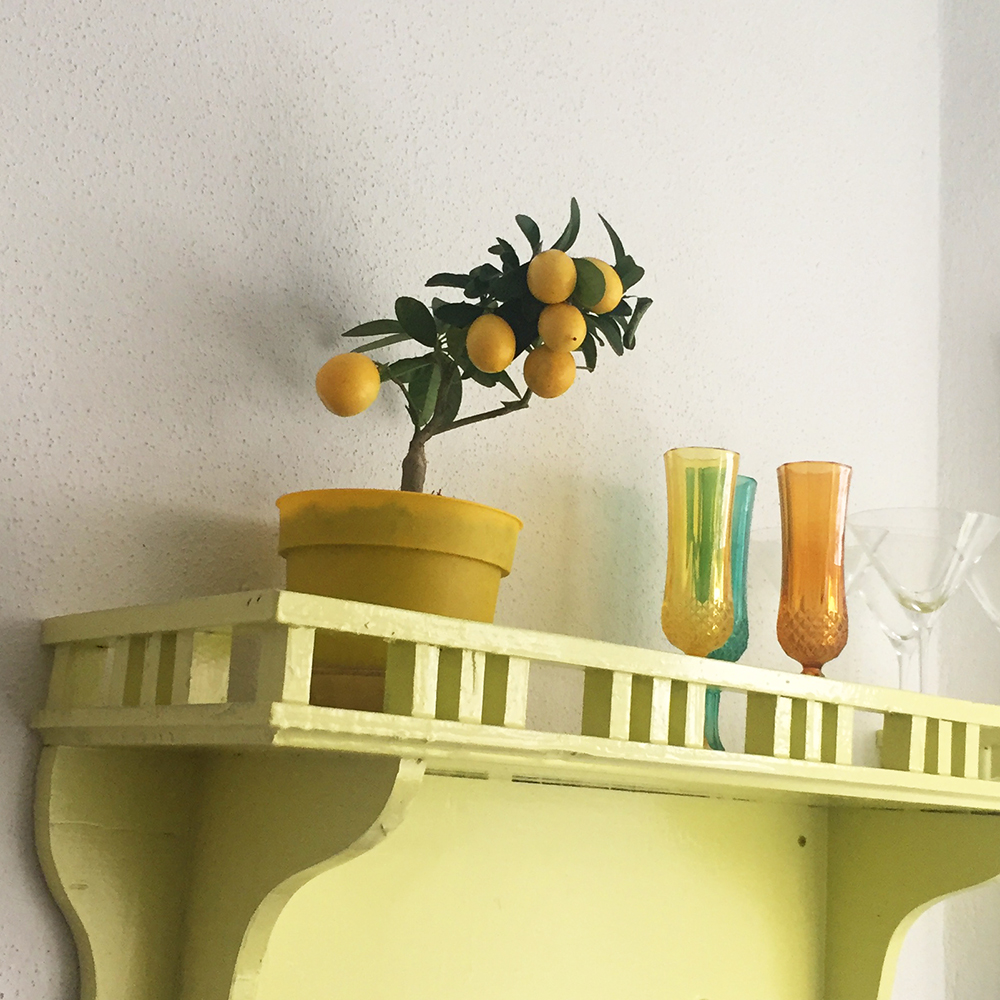 Citroner og farvede champagneglas