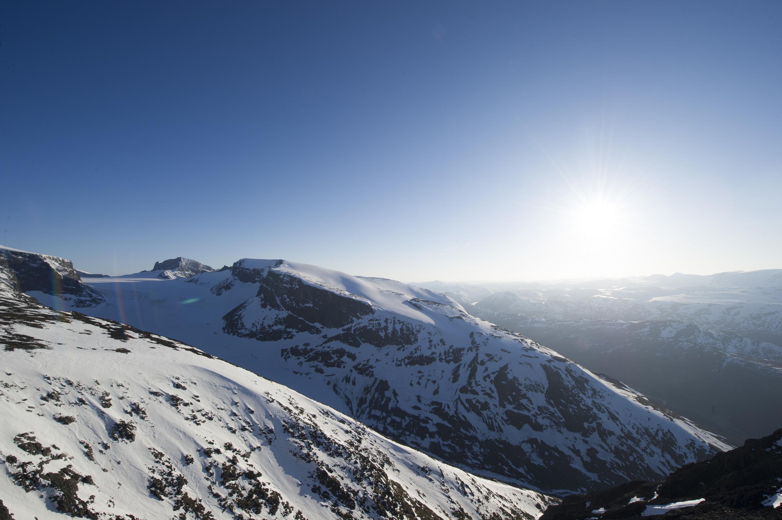 Utsikt frå toppen. Karakteristiske Skardstind bak til venstre. Foto: Johan Wildhagen