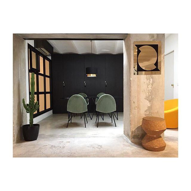 INTÉRIEUR • STOOL   MIRROR   TABLE @archik_collection • #novaobiecta #interiordesign #marseille #stool #archik #design #dinnigroom #mirror #pierrepaulin