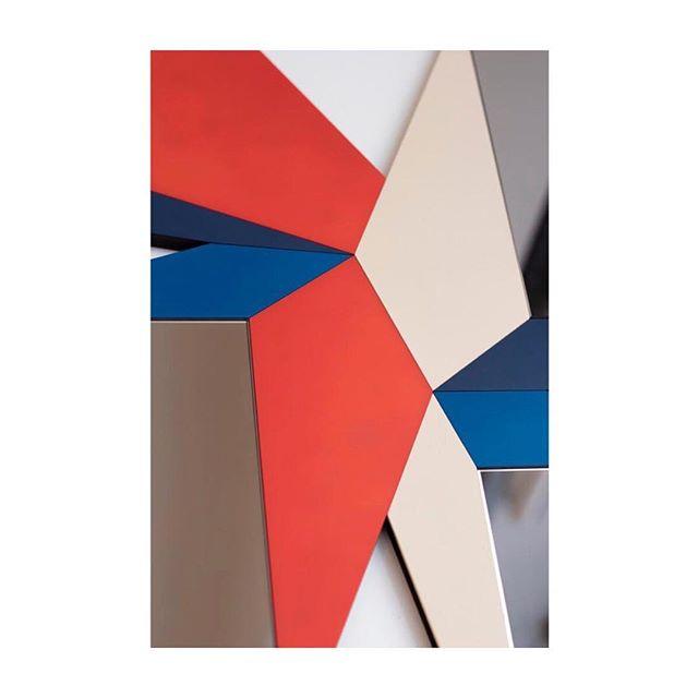 DETAIL FROM @galerie_room • Photo : @valeria_cdsp • #geometry #mirror #contemporary #design #wallart #galerieroom #novaobiecta #colors