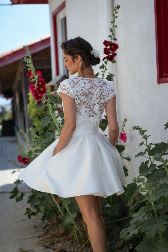 Robe de mariée courte, chignon bas
