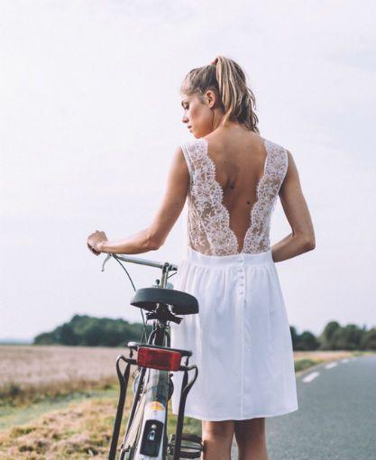 Robe de mariée dos nu courte, coiffure attaché queue de cheval