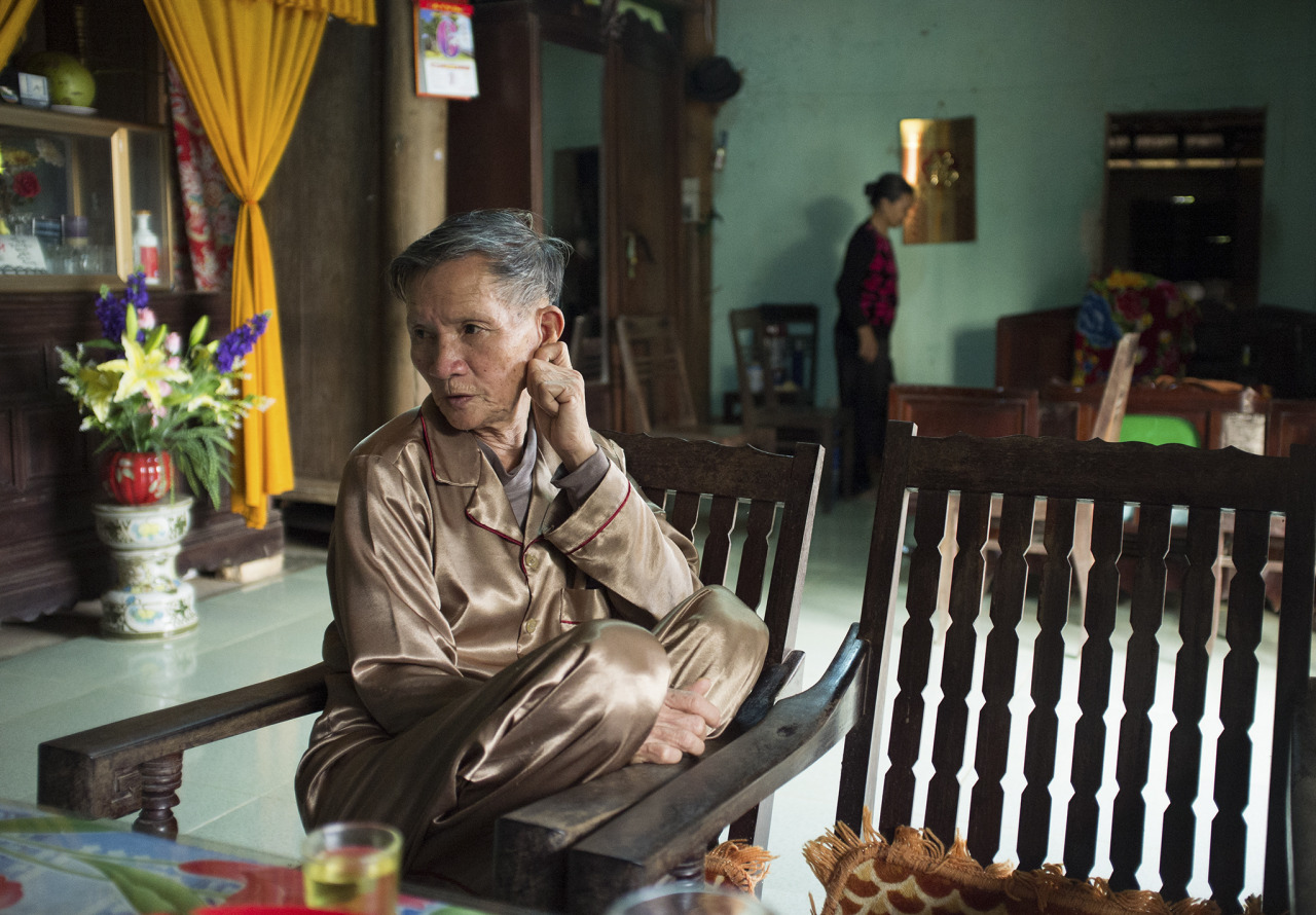 Hoang Van Sy reciting a poem to welcome visiting guests to his home after his heart surgery. © Tran Quoc Ahn