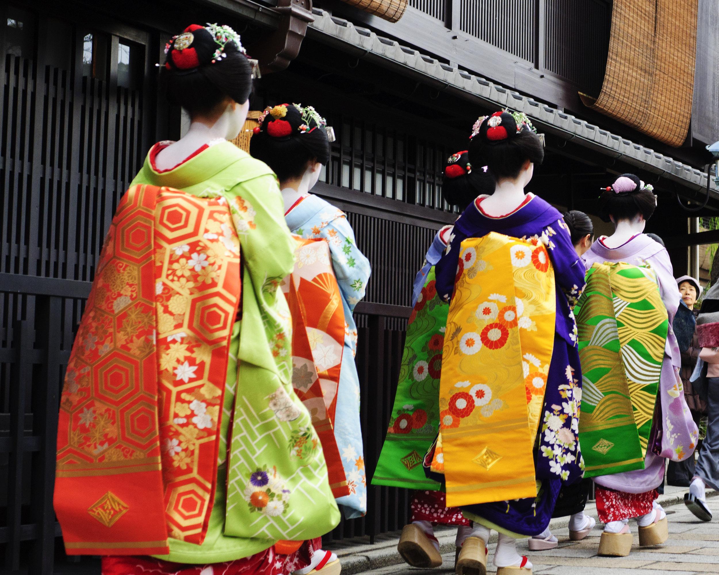 Koto Hajime 2011 walking.jpg