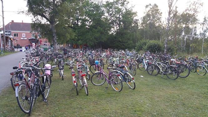 Rental bikes are parked with only flimsy cable locks due to the death penalty for bicycle thieves, photo Fiamma Giger.