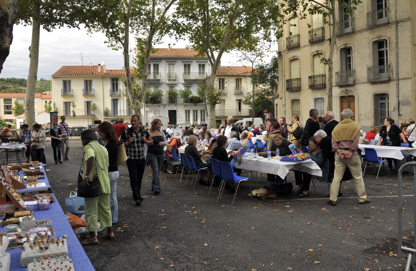 Lacemakers in a square in Céret during the Fall festival.