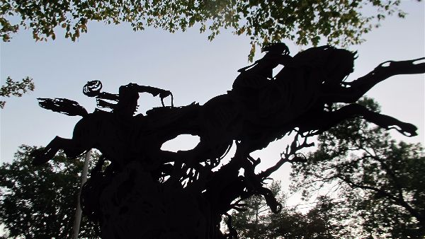 Sculpture of the Headless Horseman pursuing Ichabod Crane in Sleepy Hollow. Photo Travellati Tours.