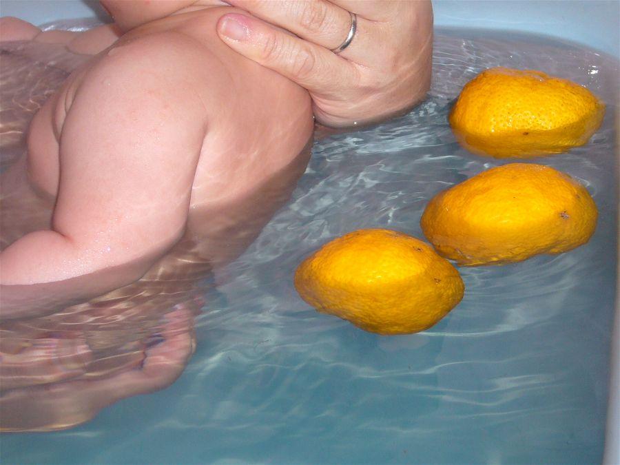 Taking a bath with yuzu citrus fruit on the winter solstice to ward off colds. Katori City, Japan. Photo: K  atorisi .