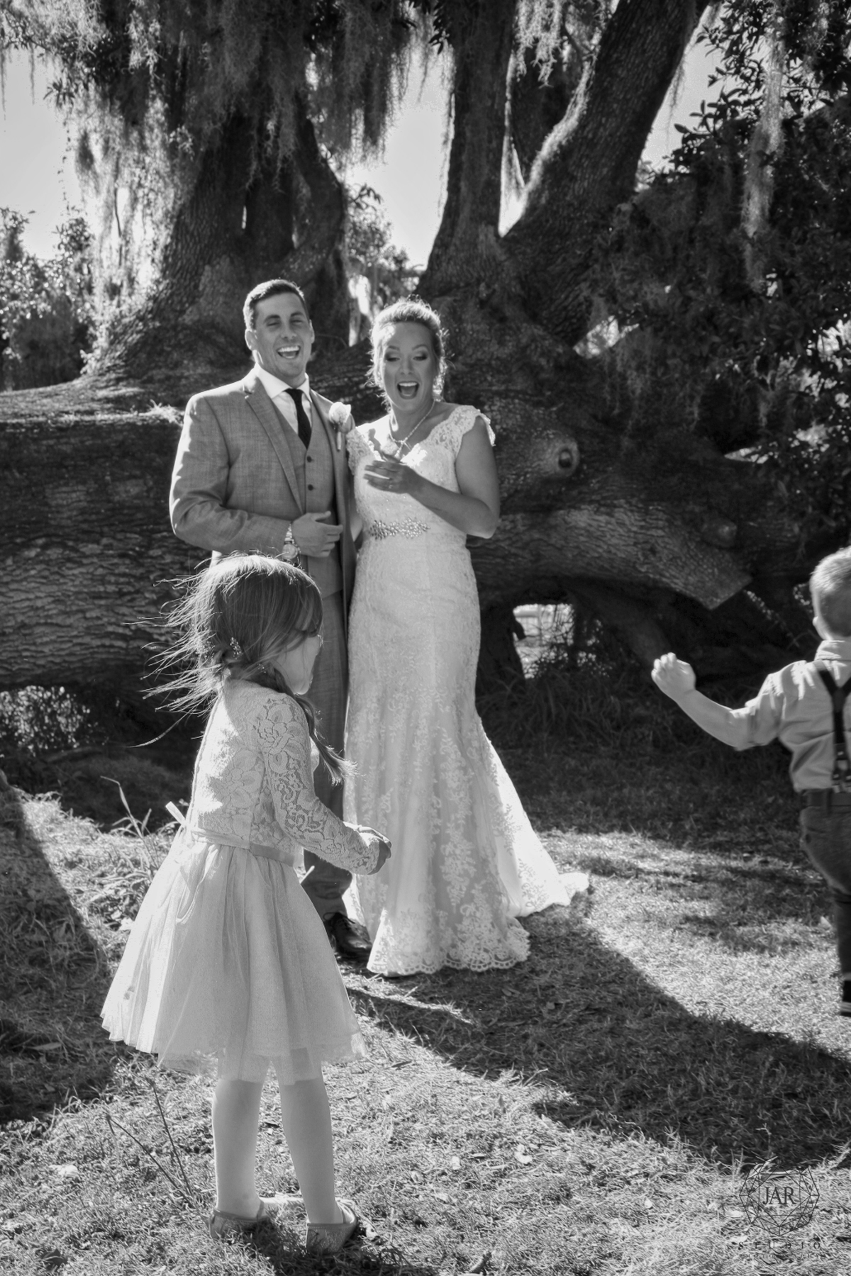 19-kids-wedding-tree-park-orlando-funny-jarstudio.JPG