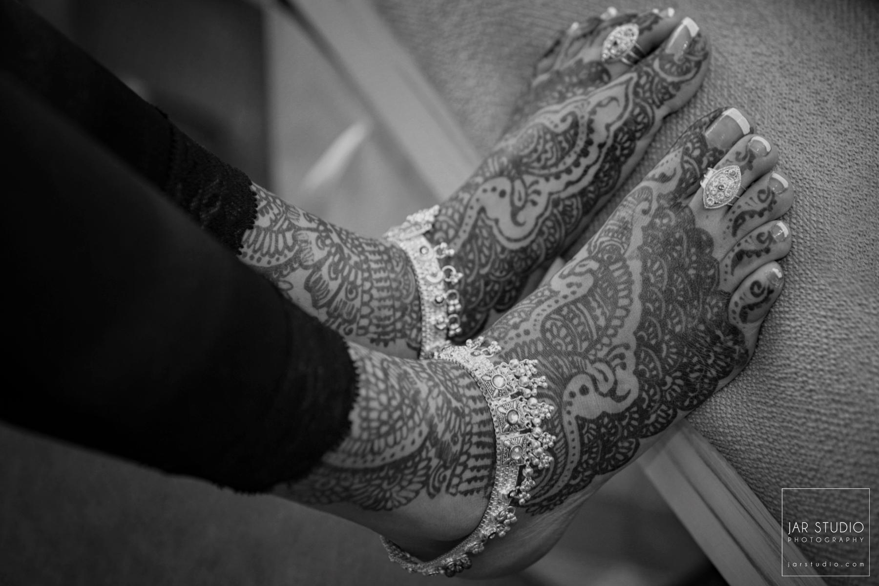 09-hindu-bride-feet-mendhi-jarstudio-photography-orlando.JPG