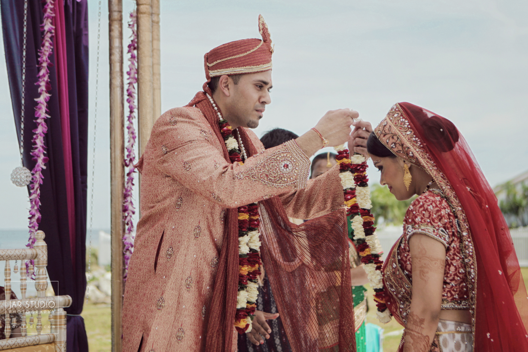 39-mangalsutra-garland-indian-wedding-jarstudio-photography-orlando-fl.JPG