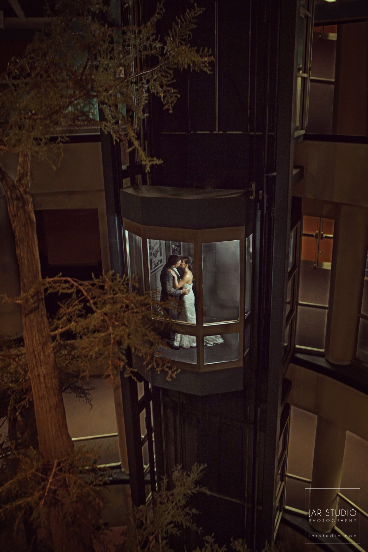 25-jarstudio-romantic-original-wedding-photography-orlando-science-center-elevator.jpg