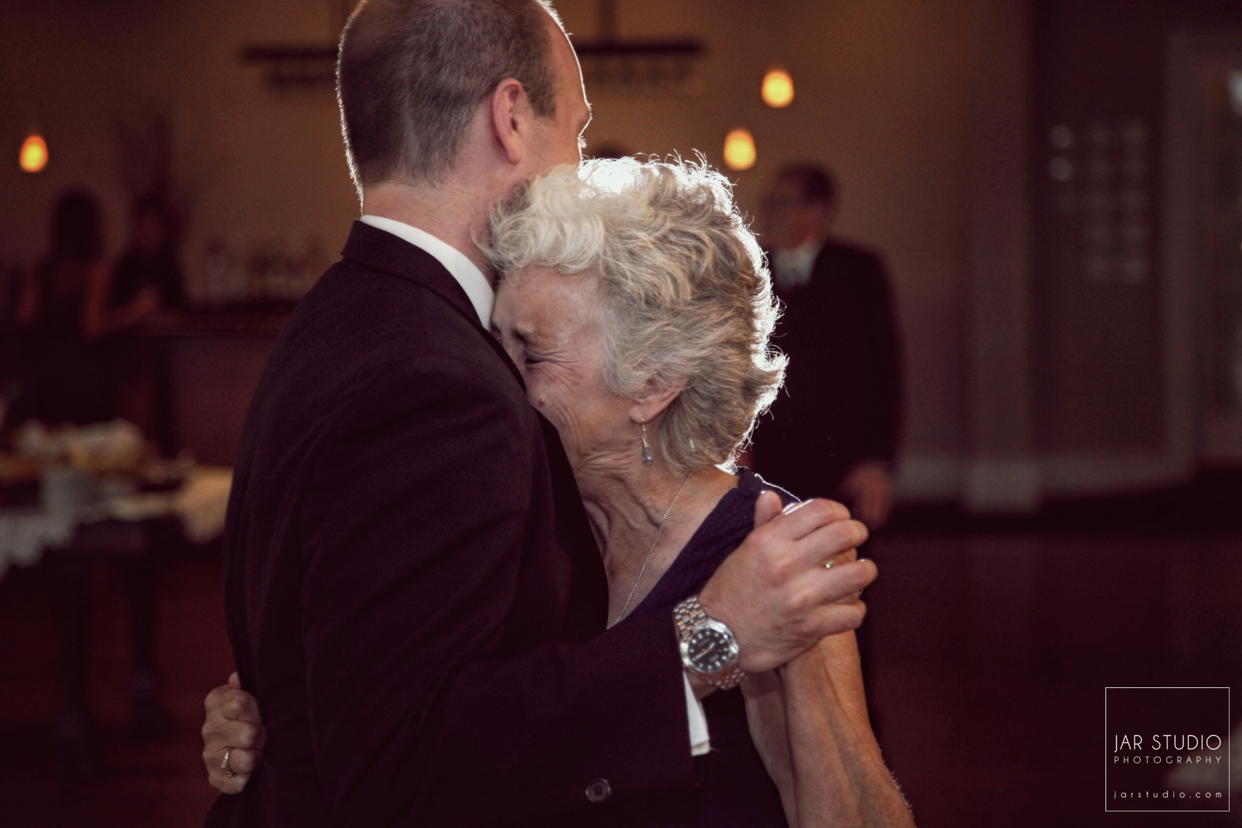 27-beautiful-emotional-mother-groom-dance-jarstudio-wedding-photographer.JPG