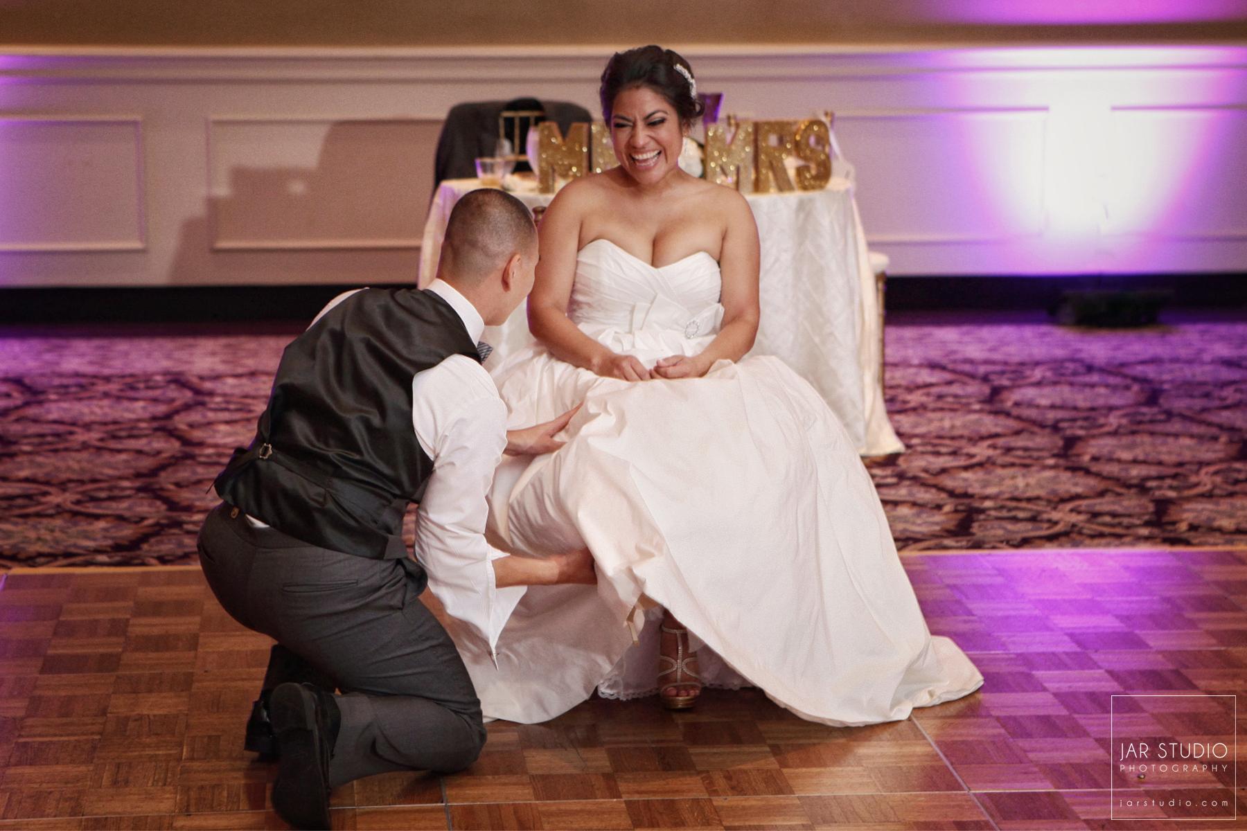 26-fun-garter-moment-orlando-wedding-reception-photography.JPG