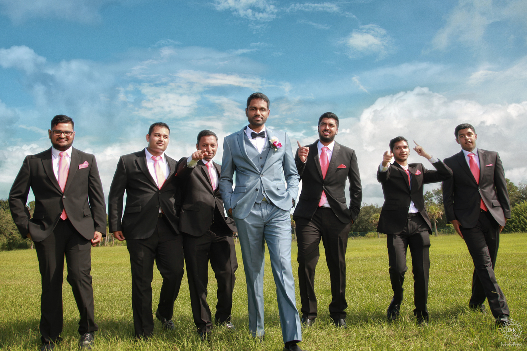 23-cool-groom-having-fun-groomsmen-outdoor-wedding-orlando-jarstudio.jpg