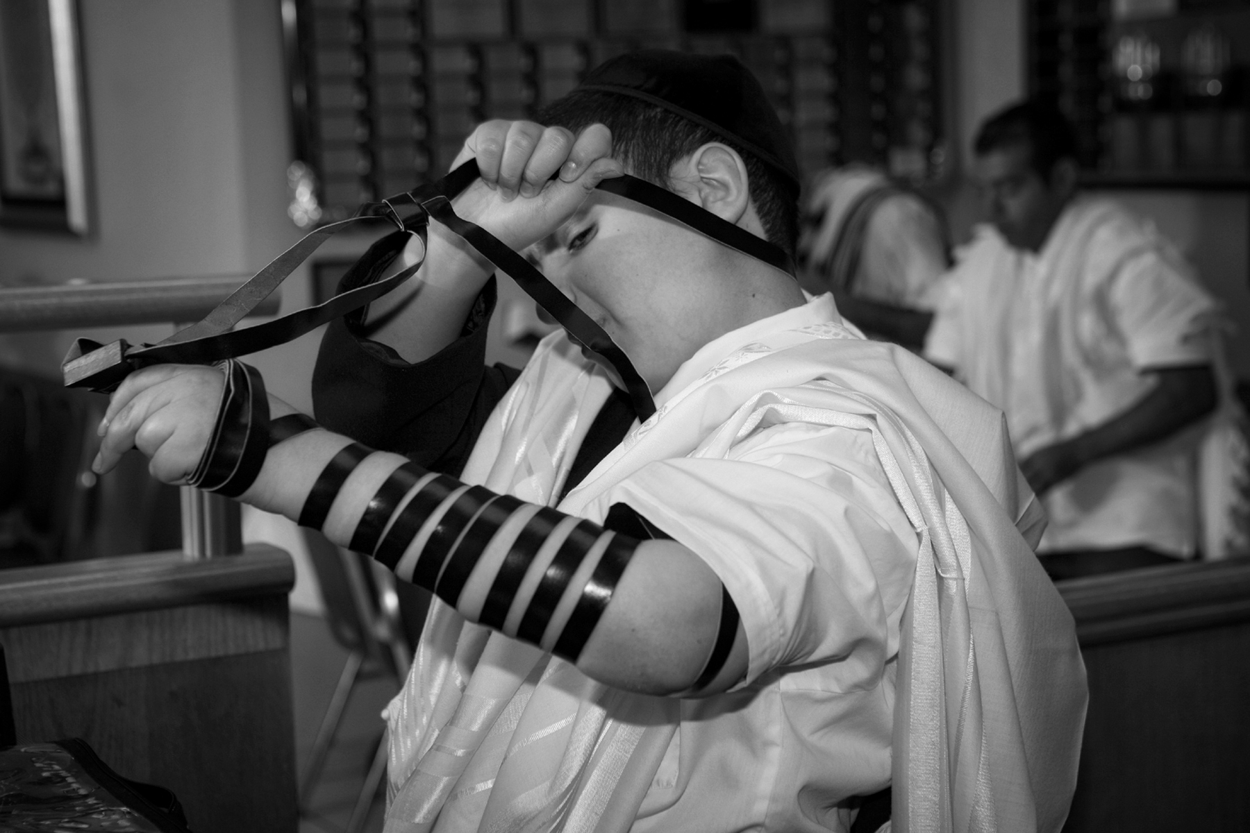 27-how-to-putting-tefillin-bar-mitzbah-orlando-photographer.JPG