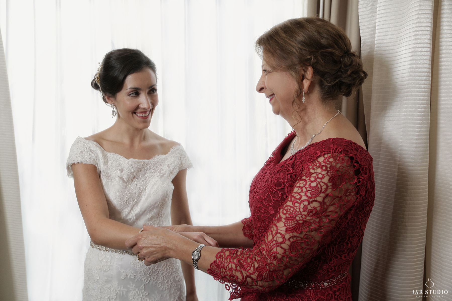 06-bride-with-mom-wedding-day-moment-natural-jarstudio-photography.JPG