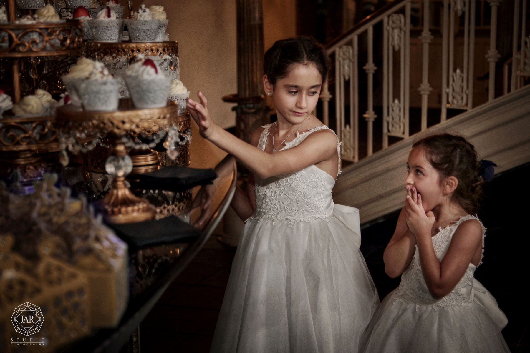 37-wedding-funny-flower-girls-cupcakes-jarstudio-photography-orlando.JPG