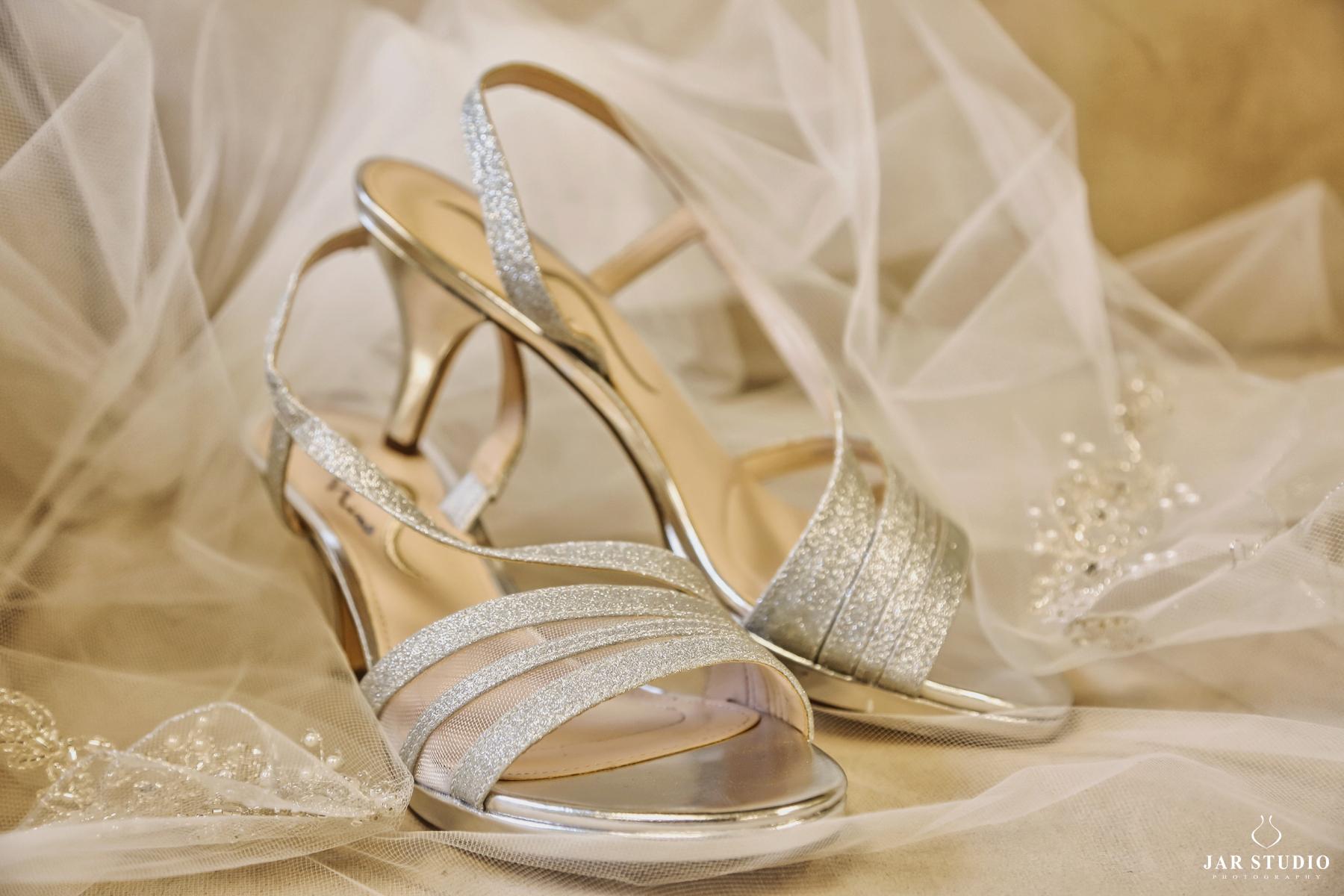 02-silver-shoes-wedding-photography-jarstudio.jpg