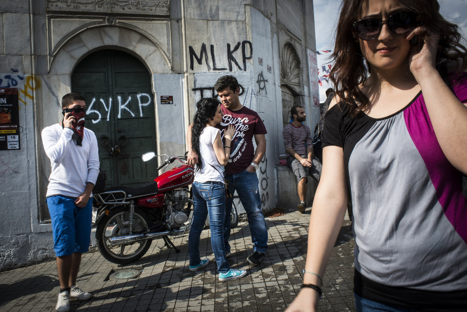 A couple in Taksim Square, where yesterdays violent clashes occurred. In Istanbul, Turkey June 2, 2013.