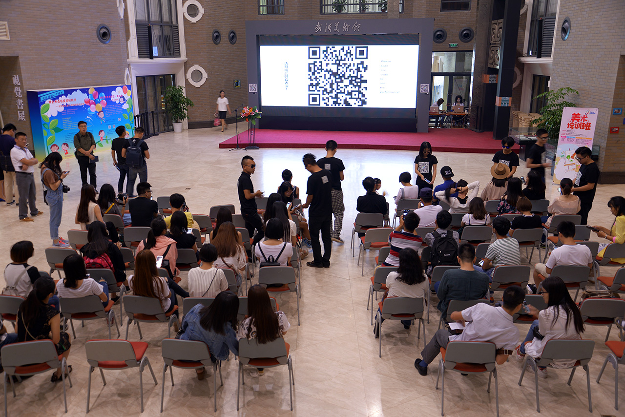 The performance took place in the hall of Wuhan Art Museum.