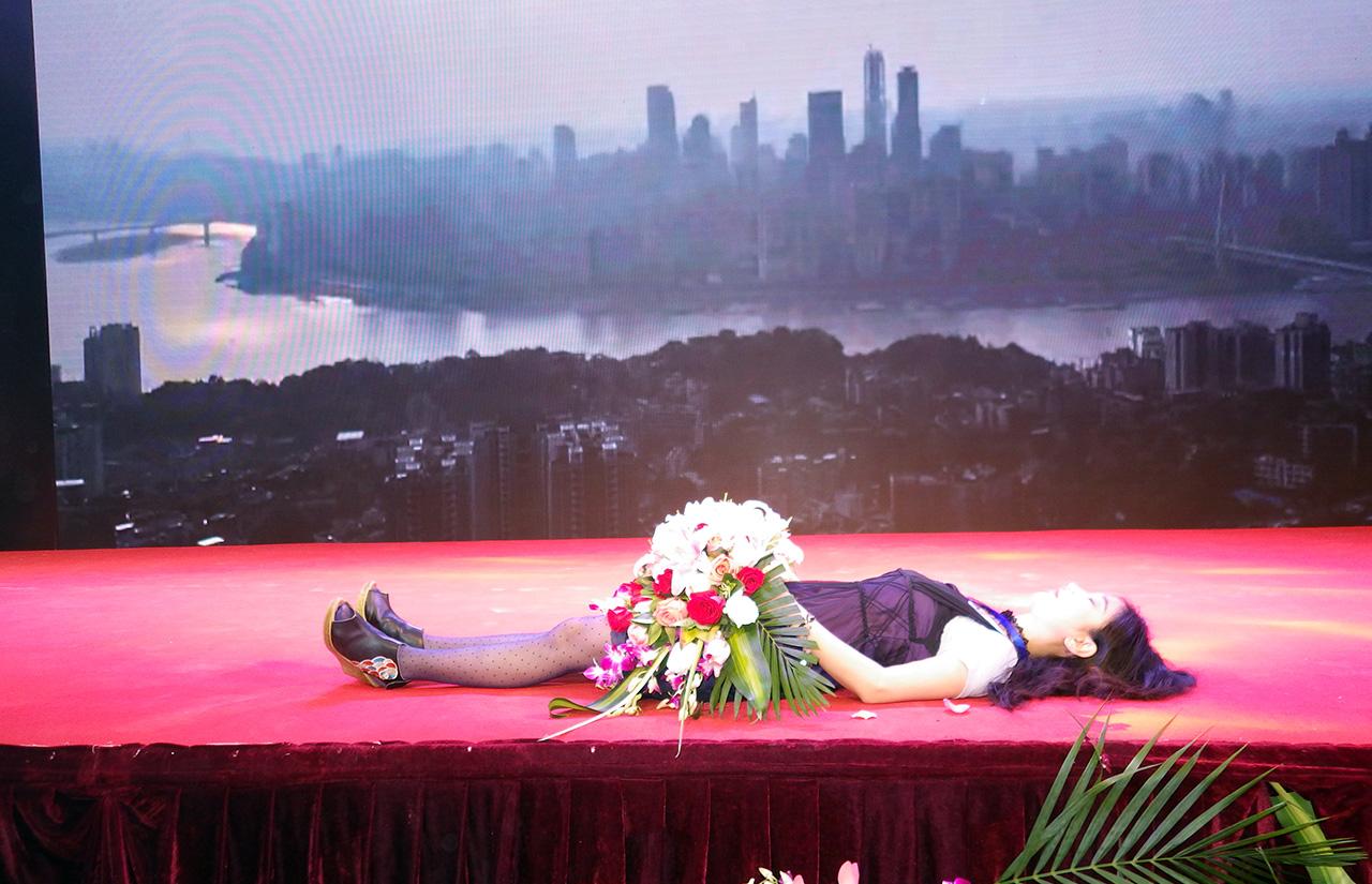 007炭叹《为有名颁奖台增加遗体》1280.jpg