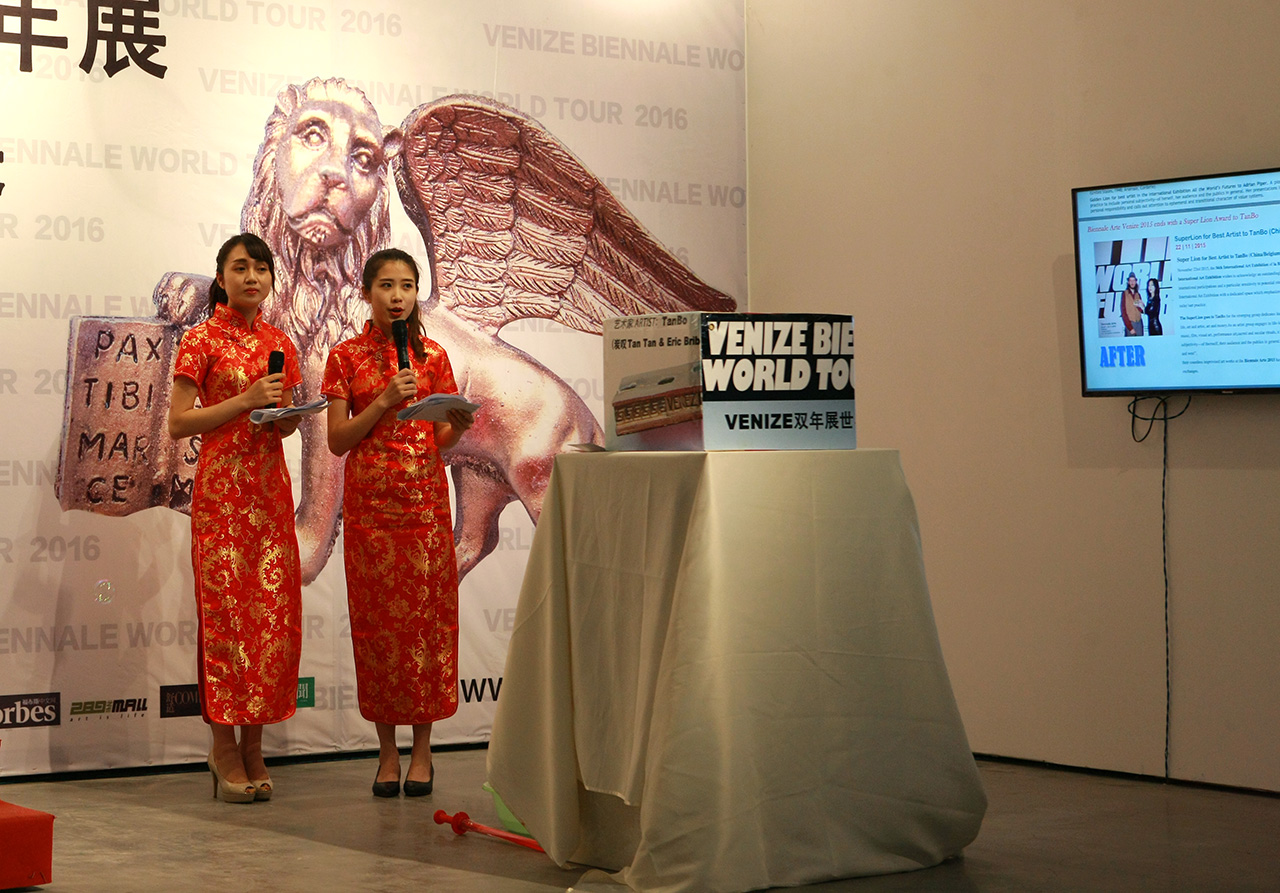 Accompanied by impassioned music, two beautiful hostesses dressed in Chinese cheongsam spread the tickets to the audience, then the ceremony began.
