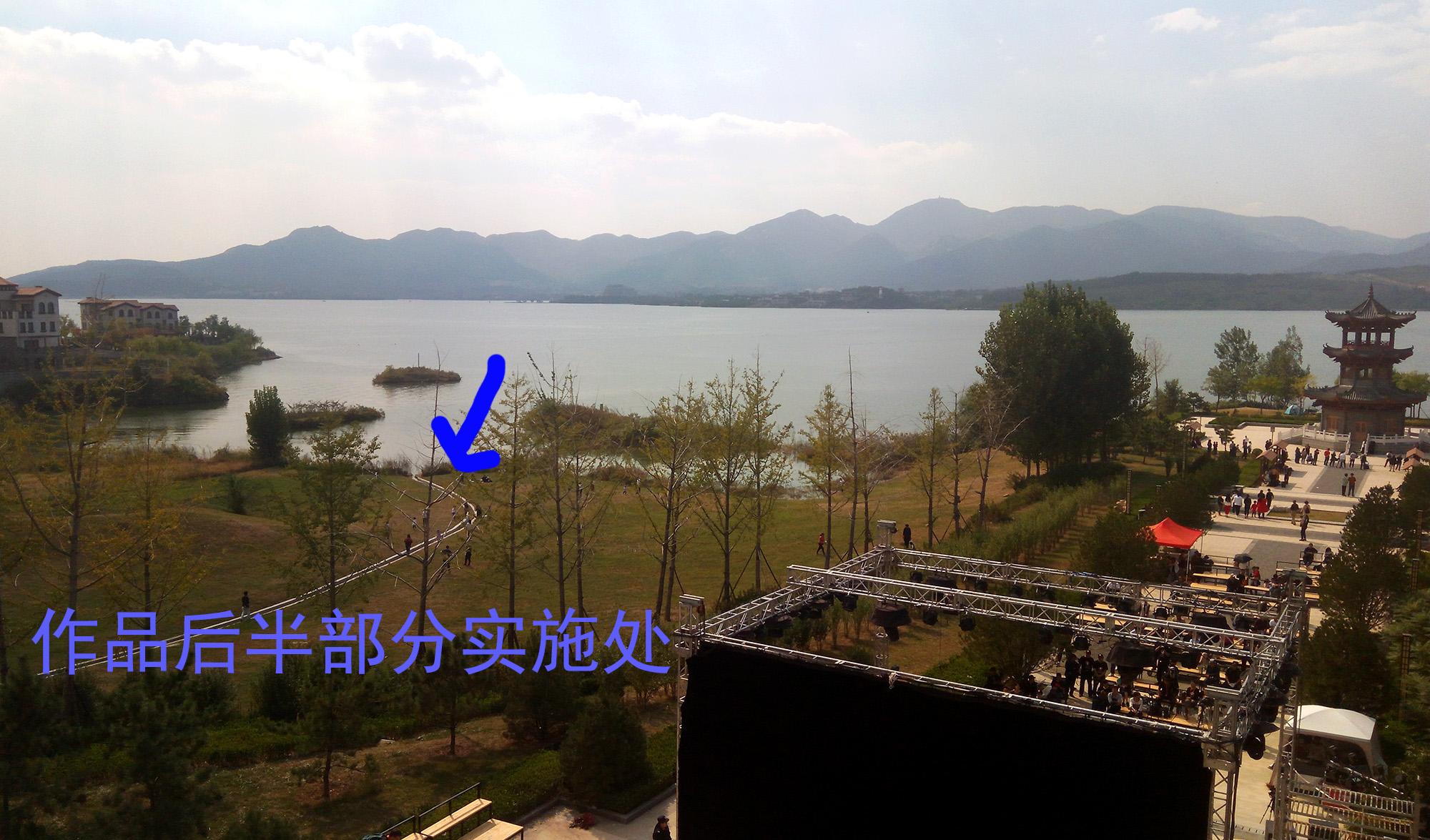 观众被带到露天剧场右边的湖边