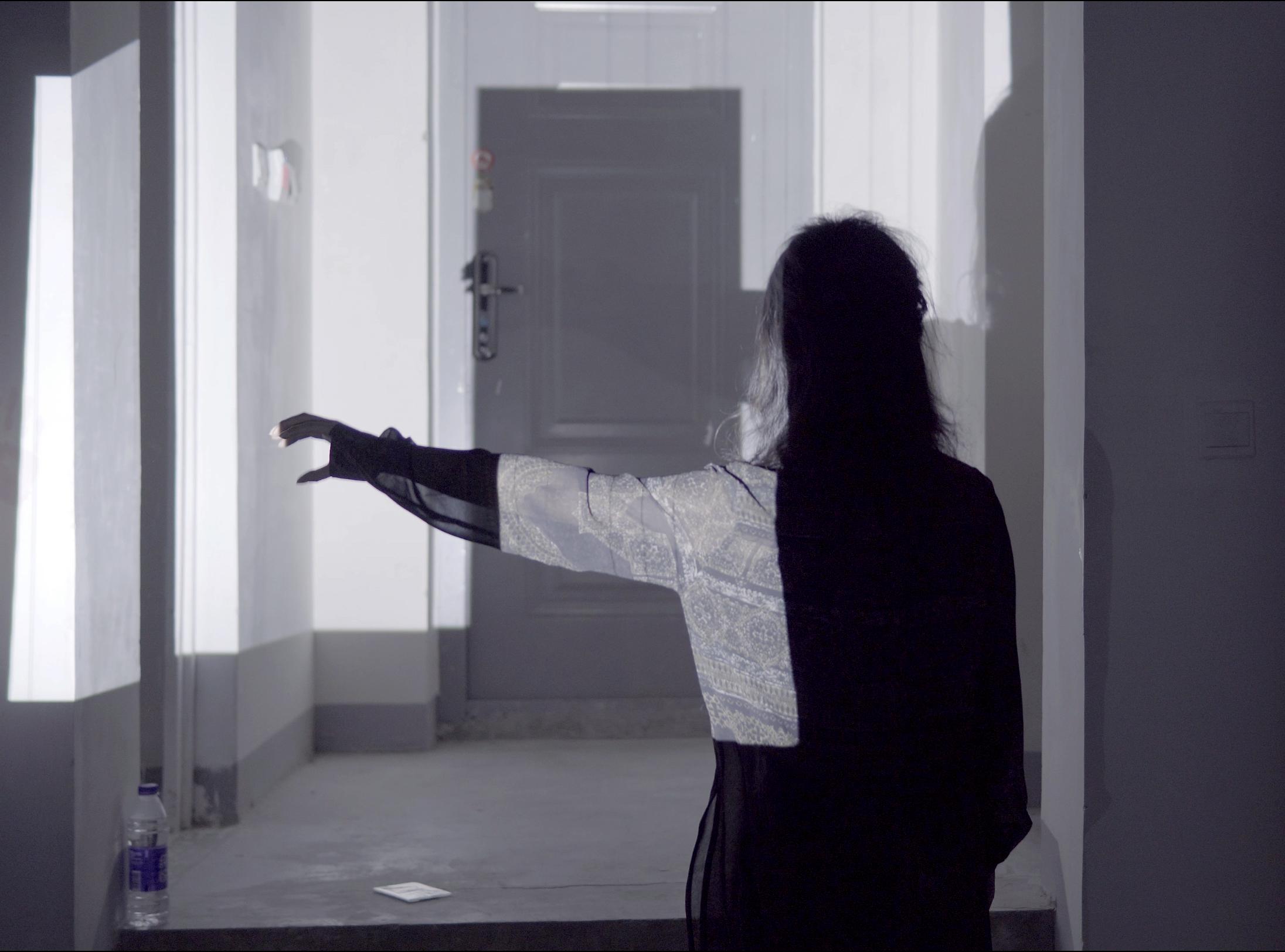 炭叹试图用手影打开门