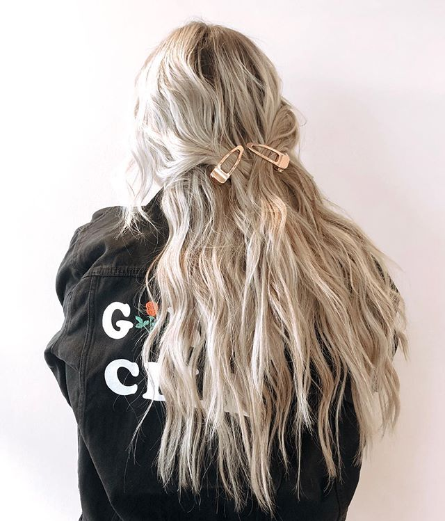 Got my girl @laurabaxter_ Coachella ready 🙌🏼 custom colored habit handtied extensions! Use the link in my bio to get $200 off your new extensions through may! ✨ DON'T MISS OUT YALL