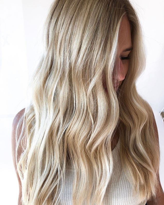 Bright vanilla blonde for this babe👱🏼‍♀️ No extensions involved #jealous  s/o to my girls @ryleysidles + @kaylielett for the foil assist on this mane 🙌🏼 . . . . Highlighted with @wella blondor  Root tap: @redken 8N 9NA 8V Toner: @goldwellus 10BG 10BS