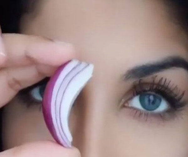 Why is this beauty blogger rubbing onions over her eyebrows?!
