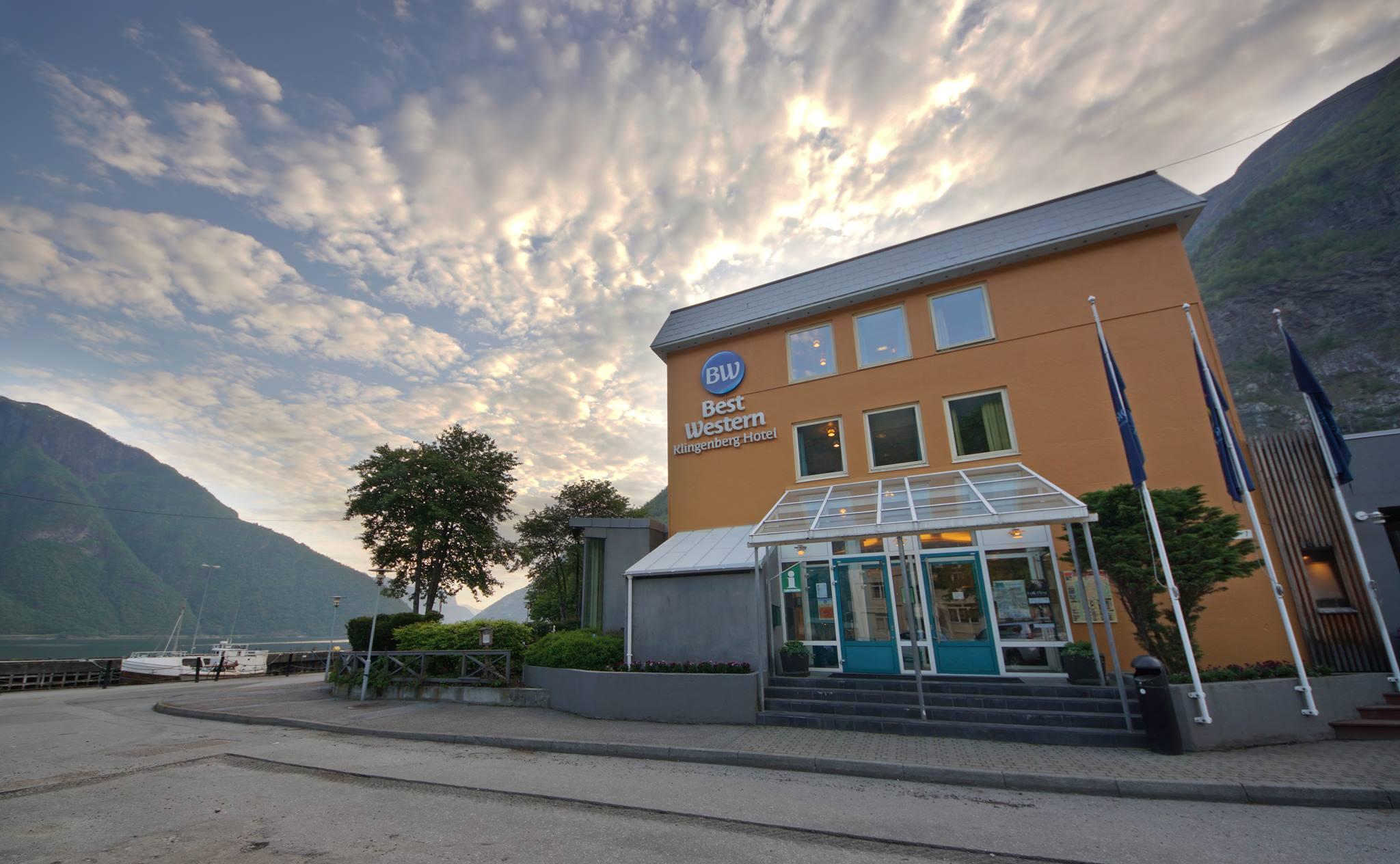 Klingenberg Hotel ligg flott plassert på kaien på Årdalstangen med Sognefjorden som kulisse. Foto: Jan Ove Skjerping