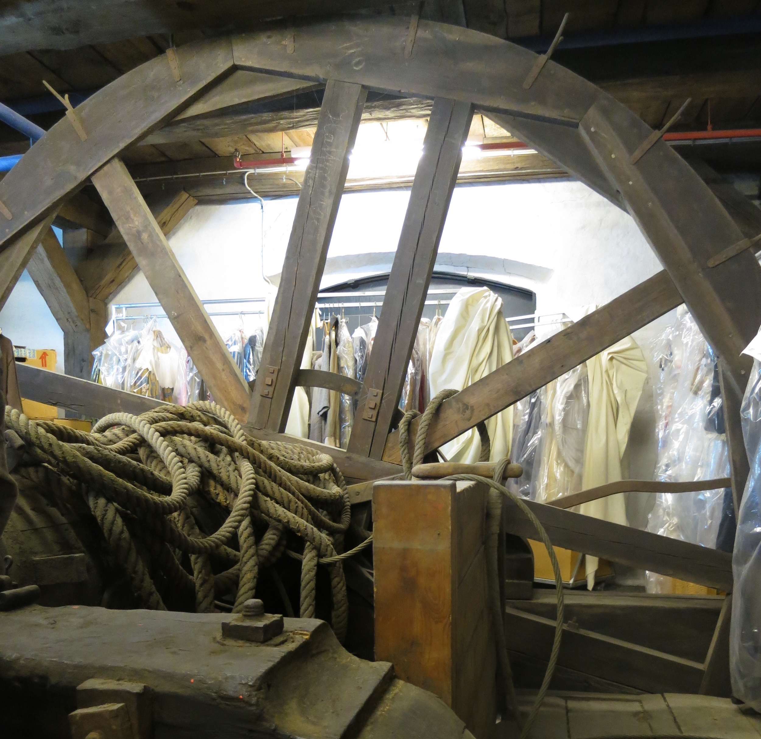 Det hejsesystem fra 1700-tallet. Ifølge museumsinspektør Henrik Holm er der grund til at formode, at det har været trukket af slaver. (Se håndtagenes design nedenfor). Foto: Ulla Lunn