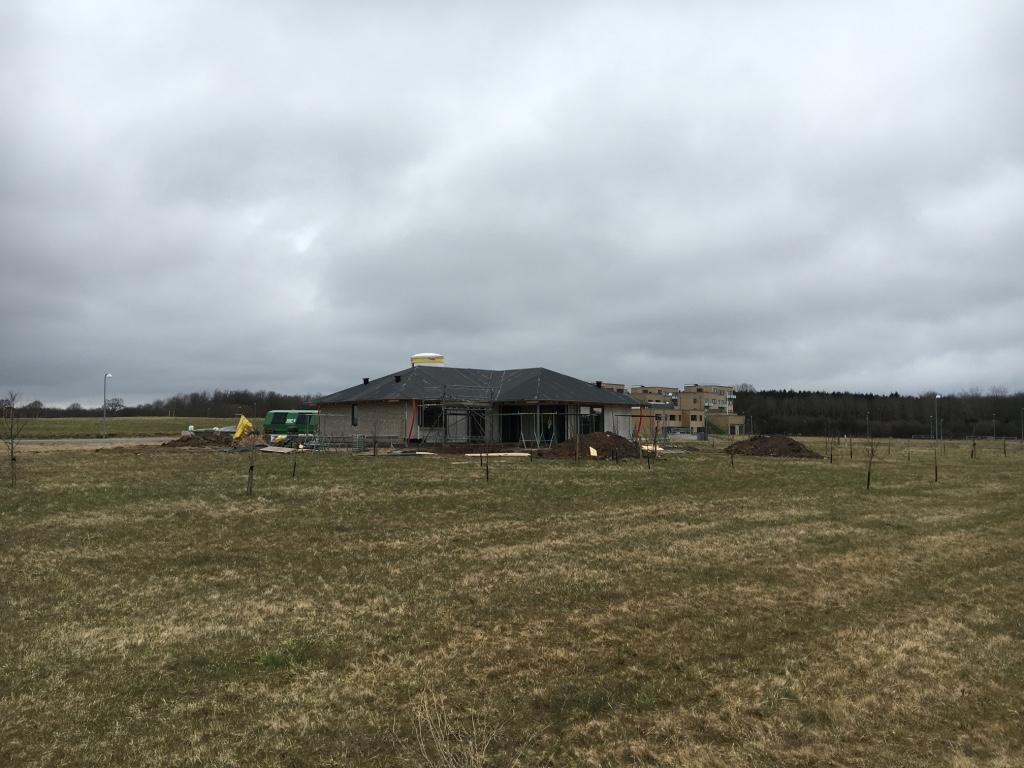 Tankefuld ligner mest af alt stadig en bar mark. Flere af de få huse, som er blevet opført, minder mest af alt om almindelige typehuse. I baggrunden et nybygget alment boligkompleks.