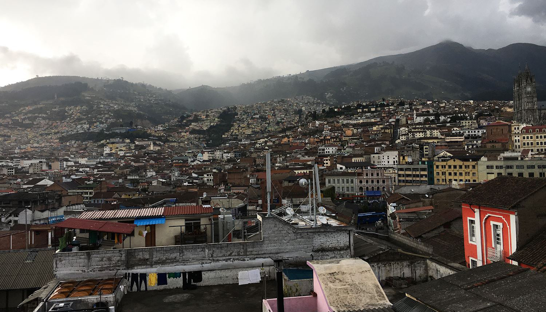 Mørke tordenskyer er ikke det eneste, der truer Equadors smukke hovedstad. Indbyggerne lever med latent risiko for vulkanudbrud og jordskælv. Foto: Tobias Moe