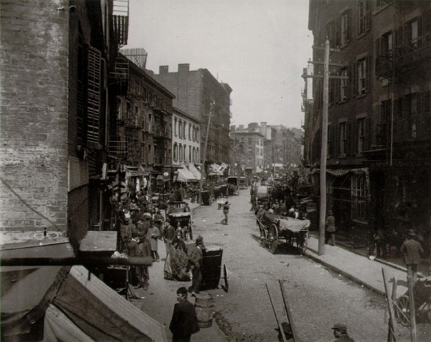 """""""The Bend"""", Mulberry Street, som senere blev til en park, bl.a. på foranledning af Jacob A. Riis."""