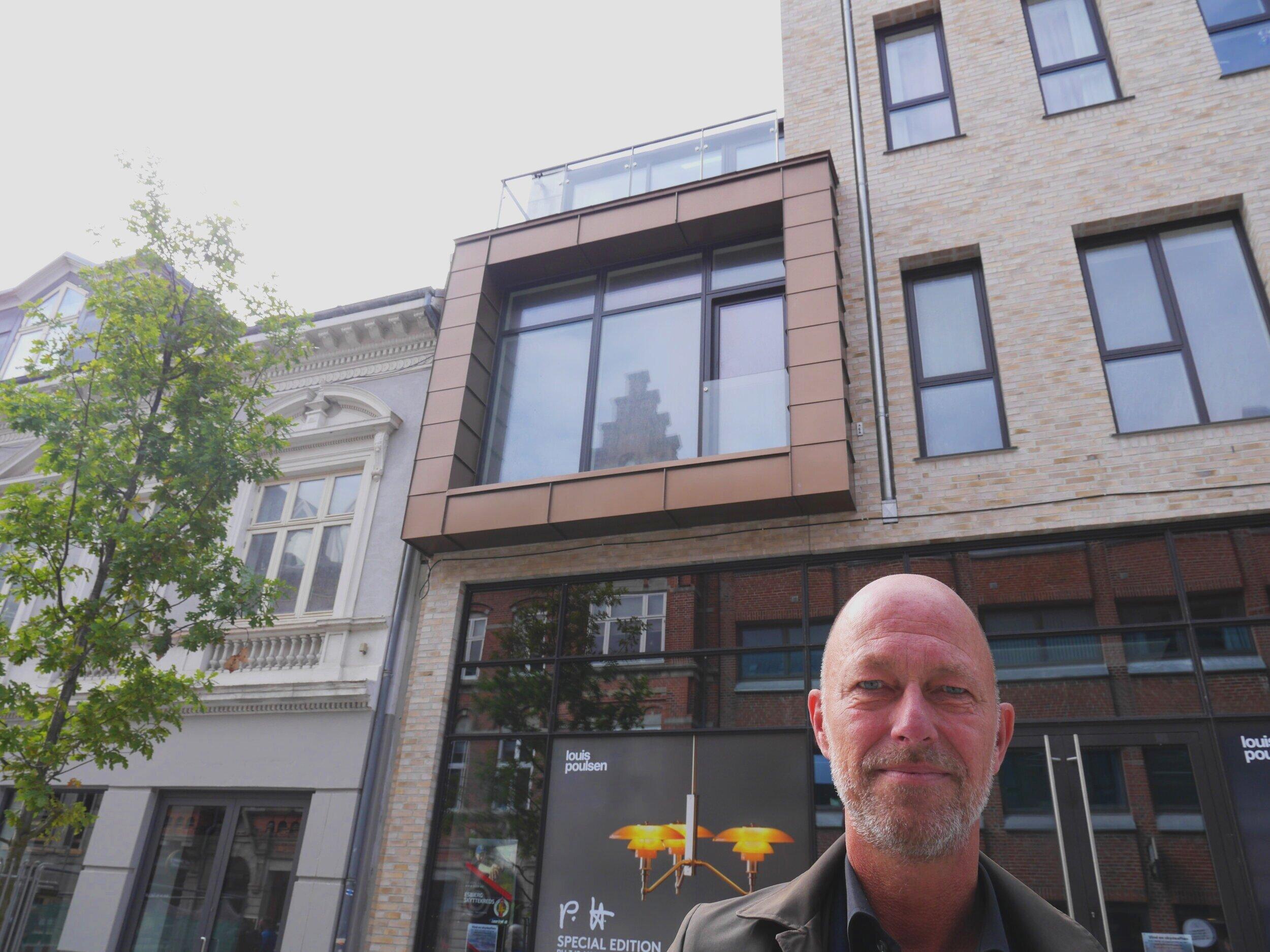 Stadsarkitekt Morten Harder foran det nye byggeri Karéen på Esbjerg gågade. Han er glad for resultatet, hvor byggeriet blandt andet rammer højden på sin gamle nabo. Fotos: Niels Bjørn.