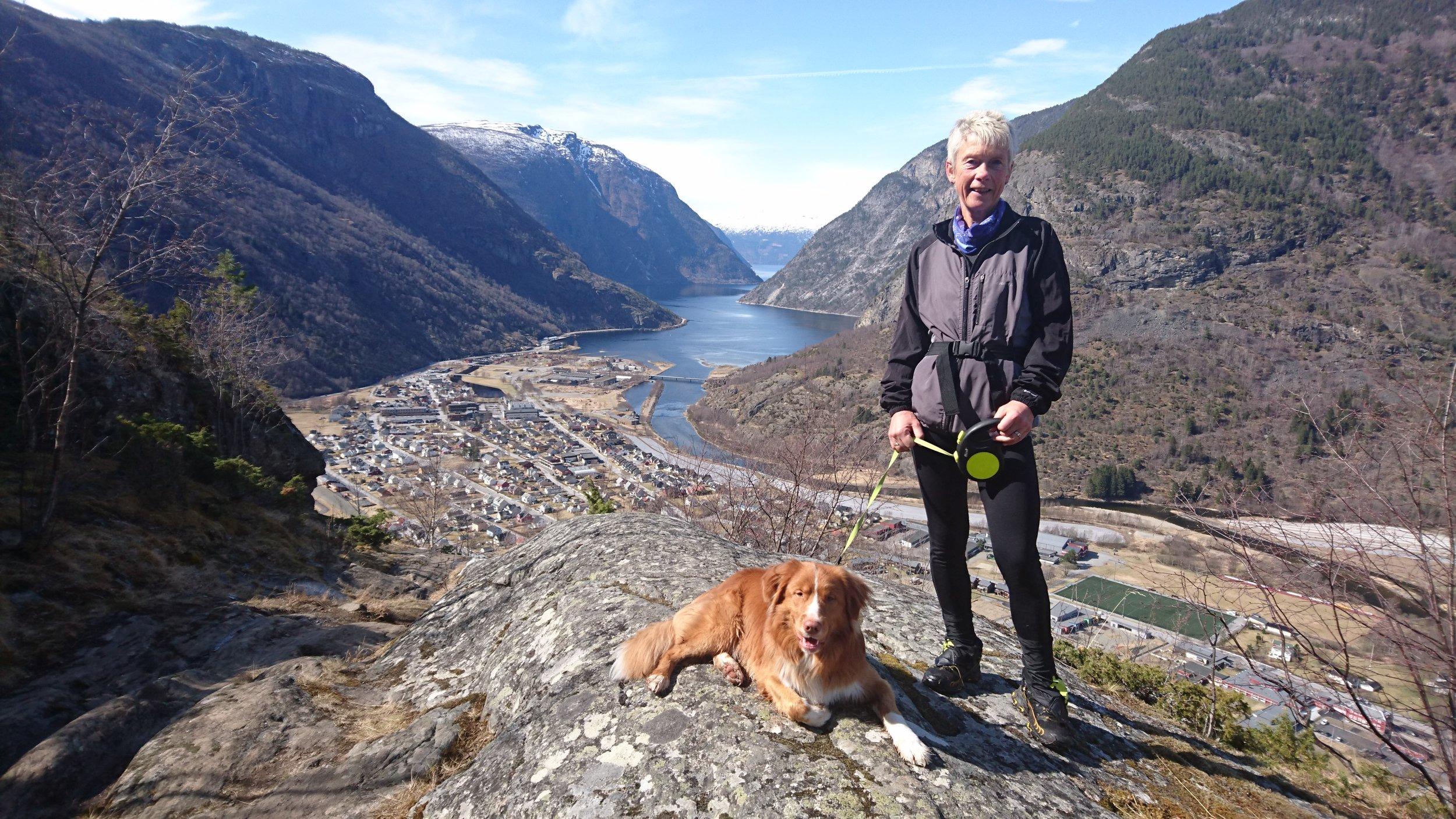Anna Tråve på Harasiglet med utsyn over Lærdalsøyri.