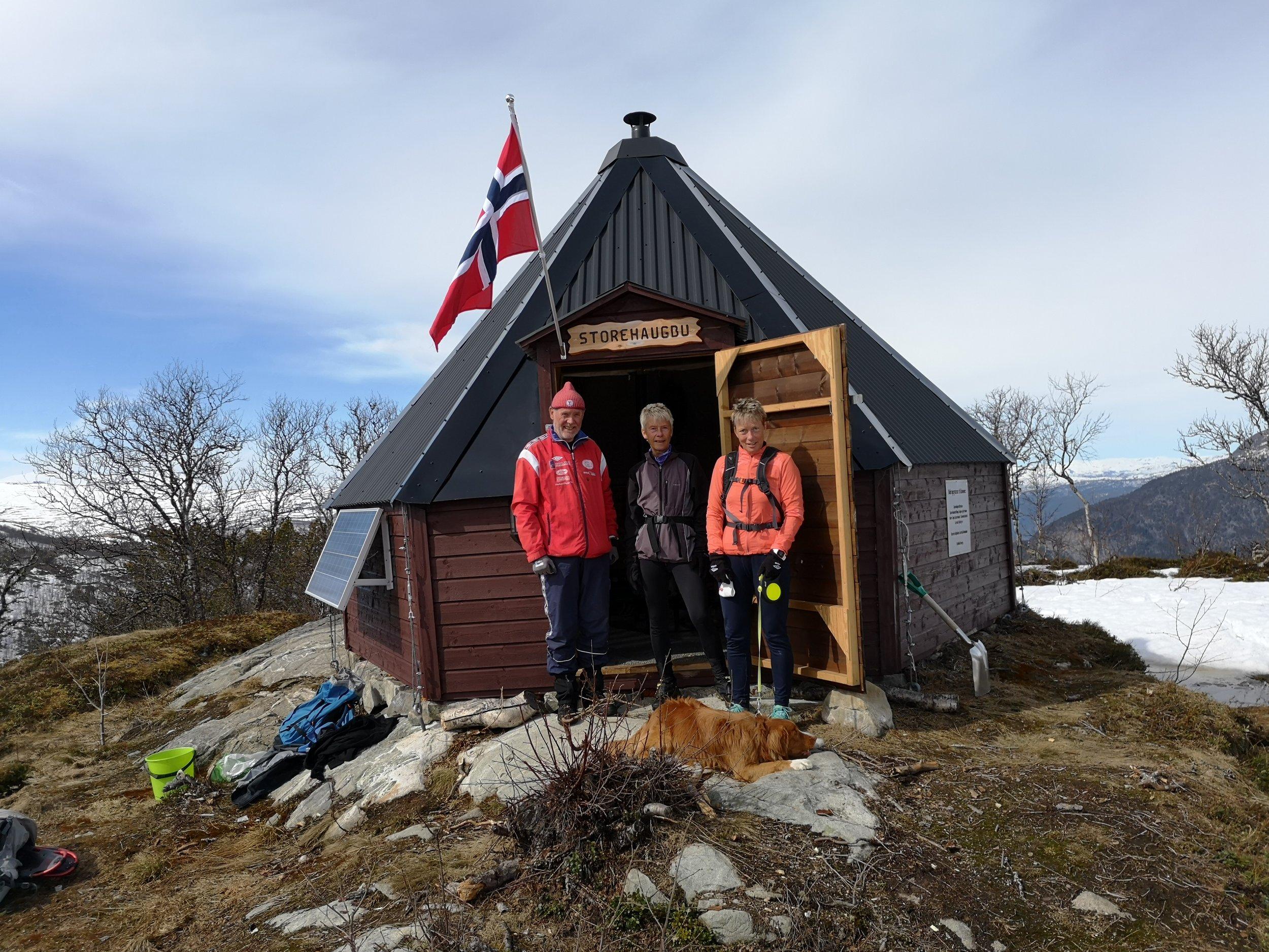 Bjørghild Holien (f.h.), Anna Tråve og Rolf Engløkk på Storehaugen 22. april