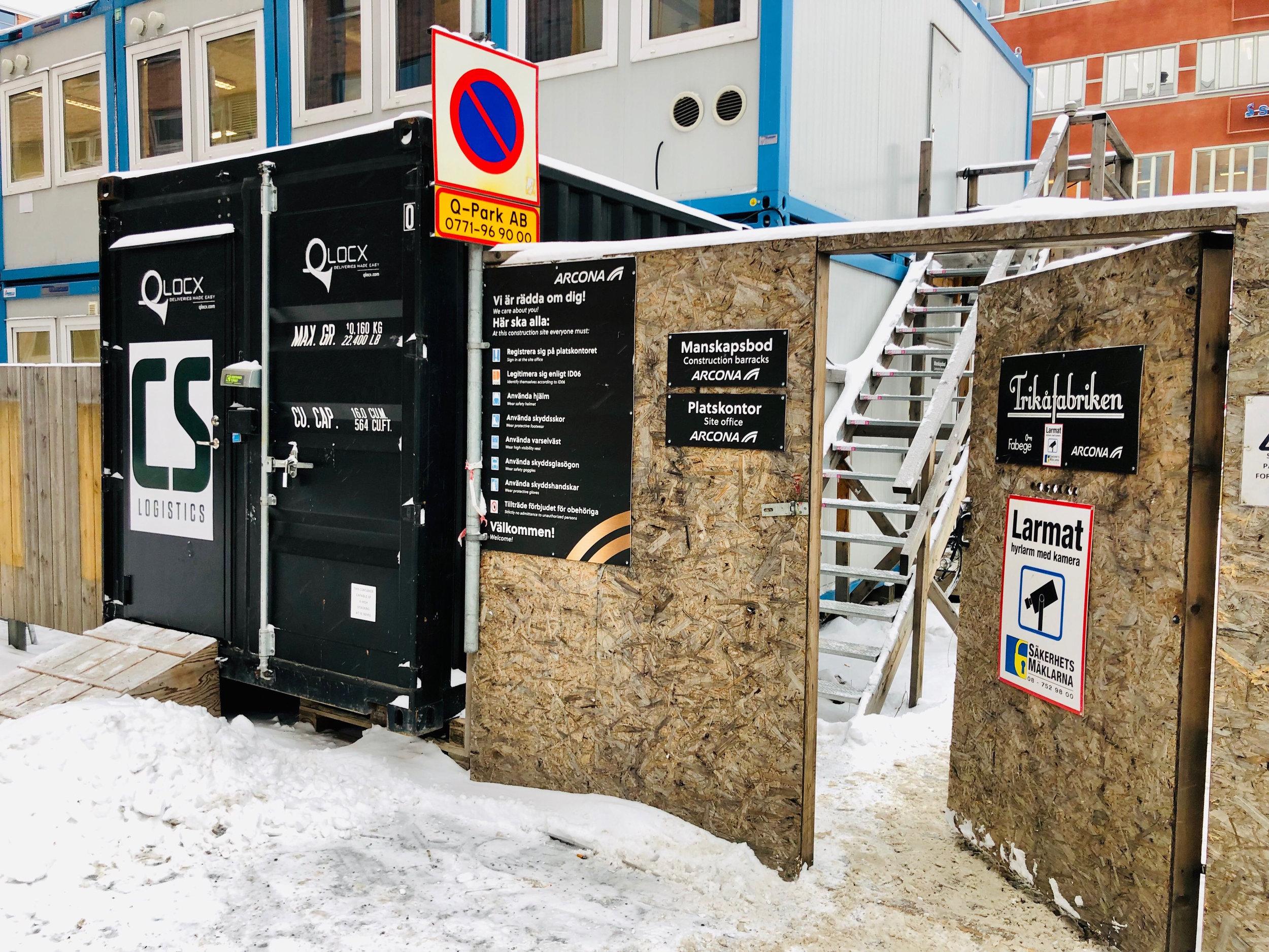 Qlocx leveranscontainer står vid Hammarby Fabriksväg och sedan mars 2018 har 1600 paket levererats dit. Platskontoret med Ingemars kontorshörna syns strax bakom containern.