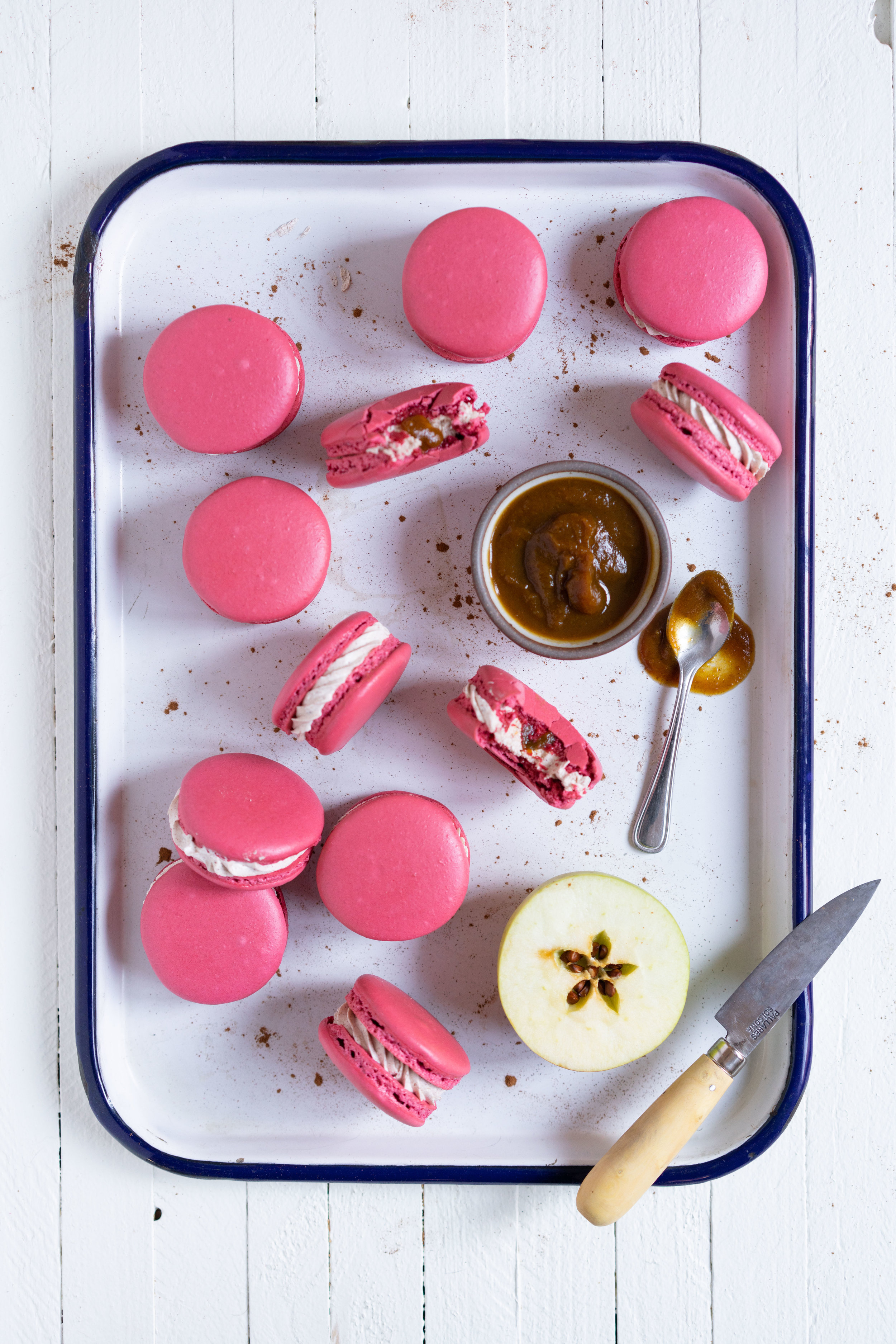The perfect Fall French Macaron - Macaron shells are filled with a smooth apple butter and spiced swiss meringue buttercream. #frenchmacaron #applemacaron