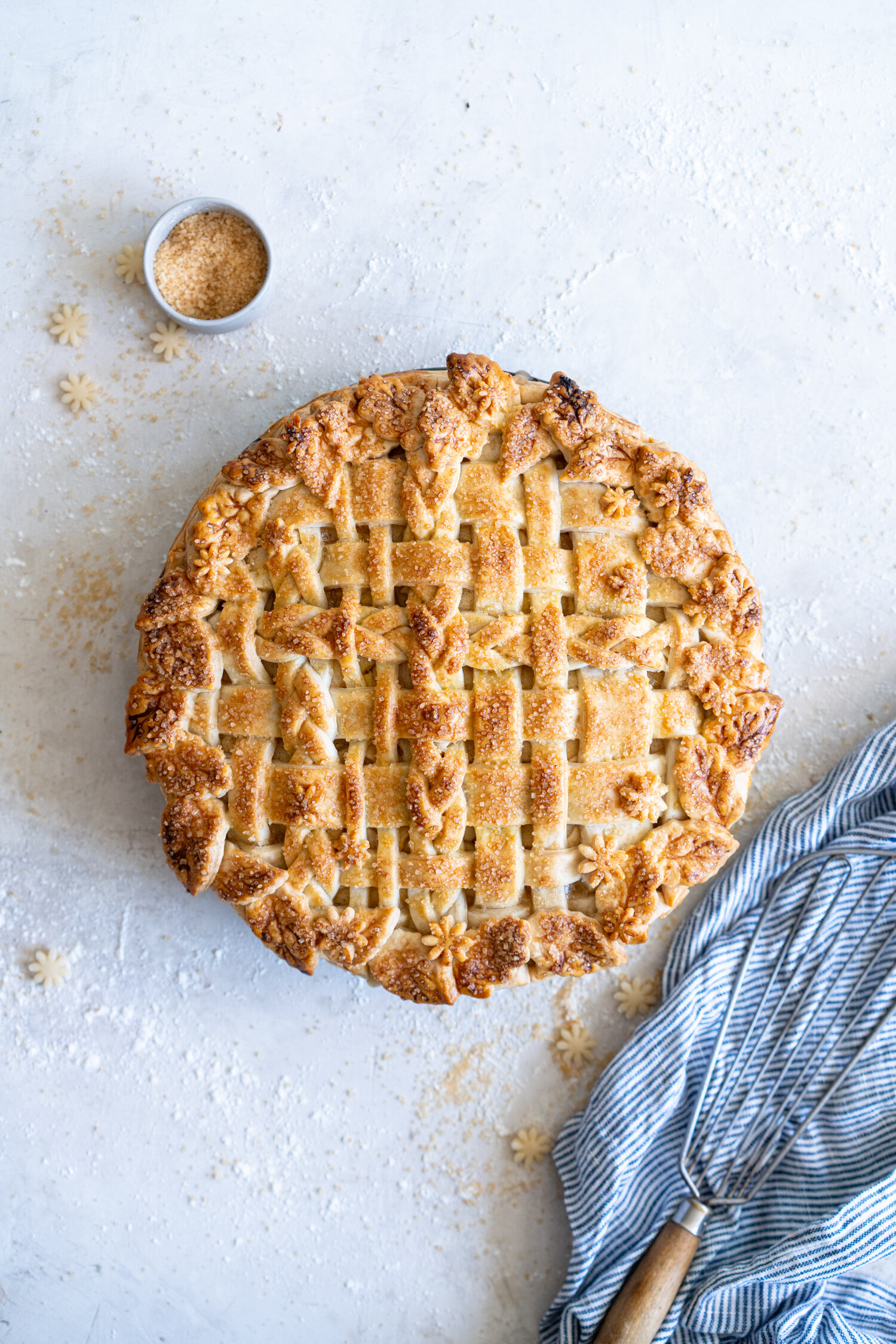 Basic Apple Pie - Sweet and tart apples are finely sliced, tossed with some flour and vanilla bean paste, then nestled inside a super easy pie crust and topped with a lattice and baked to perfection. This is the perfect fall pie, with a pie crust that is very quick and very easy to make - it is basically foolproof. #applepie #easyapplepie