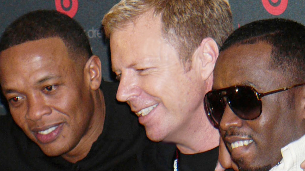 Robert in a Dre-Diddy sandwich! We're so jealous!