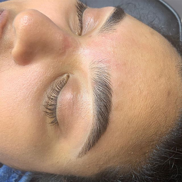Not feeling this weather limbo in Toronto but def feeling this full and fluffy brow! Brow shaping by me ✨ Booking linked in bio for all regular brow services 💕 .