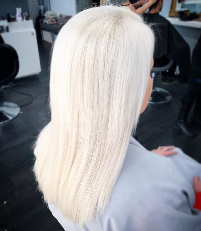 There's nothing like natural light ❄️ #nofilter #whitehair #platinumblonde #bleachedhair #wella #beverlyhills #salonrepublic