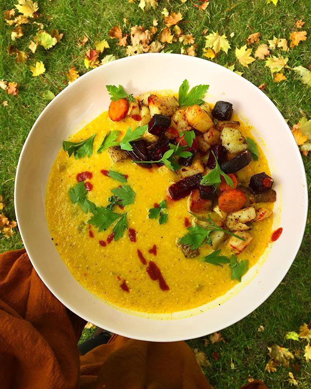 Creamy turmeric and chili pepper polenta with roasted root veggies ✨🧡✨ inspired by @sophia_roe 's creamy mushroom polenta 💫 happy full moon y'all 🌝 #itsvegan Recipe will be in the Nutritional Remedies for Anxious Tendencies online course next week!