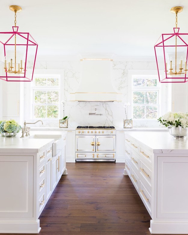 Happy Friday! I've been heavily in kitchen world this week, which is just my favorite place to be. Working on some fun designs that I can't wait to share but for now, can we all just take a moment to appreciate @lauraburlesoninteriors gorgeous kitchen design?! Shot by the fab @alyssarosenheck. It's classic with a totally fun modern twist, its a master class in mixing metal finishes and it just feels so current. Who loves these hot pink lanterns?! 🙋🏼‍♀️ #kitchendesign #brightwhitekitchen #designworthy
