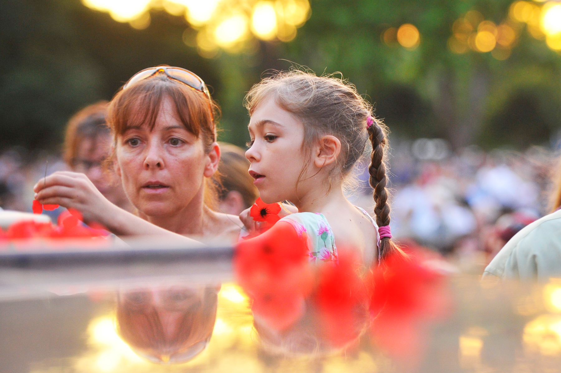 CHP_Export_67519938_Sue Carter with daughter Chloe lay a poppy at the cenotaph at the ANZAC Day Dawn.jpg